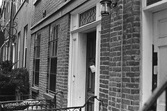 Note on the door (Patrick Copley) Tags: nyc houses film 35mm buildings kodak canonae1p trixpan charltonkingvandamhistoricdistrict federalistarchitecture bwfp fd50mmf35macro