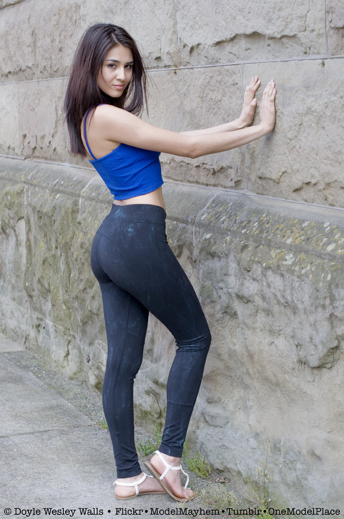 Thick latina server in tight pants candid 3
