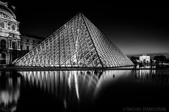 Pyramide du Louvre et Arc de Triomphe du Carroussel la nuit (Michel Dancoisne) Tags: paris france photographie noiretblanc michel nuit iledefrance reflets personnes lieux pyramidedulouvre arcdetriompheducarroussel dancoisne