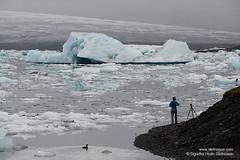 shs_n8_048733 (Stefnisson) Tags: ice berg landscape iceland photographer photographers tourist tourists glacier hiker hikers iceberg gletscher glaciar sland icebergs jokulsarlon breen jkulsrln ghiacciaio jaki vatnajkull jkull jakar s gletsjer ljsmyndari ln  glacir feramaur gngumaur tristar sjaki ljsmyndarar tristi feramenn sjakar gnguflk stefnisson