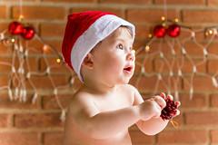 (alinesouzafotografia) Tags: natal olhar bokeh retrato vermelho fotos click alegria luzes criana infancia fimdeano bebes desfoque olhosverdes alinesouza alinesouzafotografia