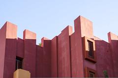 Muralla Roja - Ricardo Bofill (Laura Ligari) Tags: pink sky building colors 50mm nikon ad pastels calpe bofill ricardobofill arquitecto arqchitecture d7000 murallaroja