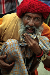 Snake charmer (De.Ha) Tags: red portrait india face canon rouge eyes hand outdoor snake candid yeux varanasi serpent extrieur personne charmer ganga visage inde ghat charmeur gange eos500d benars