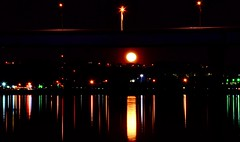 Moon. Lights. (Roland 22) Tags: nightphotography red orange reflection green evening haze flickr glow fullmoon lamps lightshow veteransbridge moonlights chattanoogatennessee humiditu
