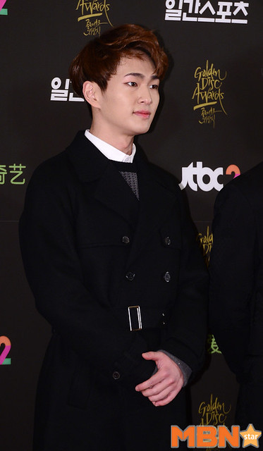 160121 Onew @ Golden Disc Awards 24657332176_41a5bf2369_z