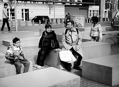 (pirindao) Tags: people bw berlin cute blancoynegro photoshop germany photography photo blackwhite nice foto samsung bn alemania urbanphotography fotografa travelphotography streetphotgraphy fotografaurbana pirindao samsungnx300