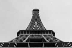La tour Eiffel  pAris ! (ALAiN_FAURE) Tags: bw white black paris tower monochrome architecture 35mm grey gris nikon noir tour eiffeltower eiffel nb toureiffel alain et blanc noclouds faure d3200