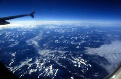 gypten 1999 (001) Flug ber die Alpen (Rdiger Stehn) Tags: winter analog 35mm austria sterreich urlaub natur himmel slide dia scan 1998 bergen alpen landschaft 1990s luftaufnahme flug canoneos500n analogfilm kleinbild canoscan8800f kbfilm 1990er diapositivfilm