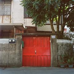 Red door (C.Kunta) Tags: slr 120 6x6 iso80 hasselblad500c kodakppn160