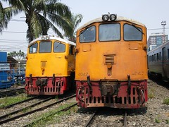 4041 and 4042 at Thonburi Depot (Barang Shkoot) Tags: electric thailand diesel pair working loco locomotive tandem ge cummins gek srt thonburi rsr rotfai