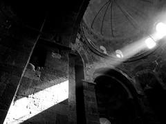 sole (enrico sprea) Tags: blackandwhite monocromo chiesa finestra armenia sole costruzione turismo architettura luce biancoenero monastero tempio religione raggio echmiadzin asiaminore pentaxlife bwartaward  hayastani sainthripsime ininterni caucasomeridionale hayastanihanrapetouyoun