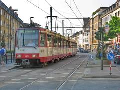B80 Doppeltraktion der Rheinbahn im April 2009 auf der Linie U77 an der Haltestelle Opladener Strae in Dsseldorf Wersten (Haeppi) Tags: tram streetcar dsseldorf pnv tranva nahverkehr stadtbahn rheinbahn bwagen duewag b80 dwag strasenbahn