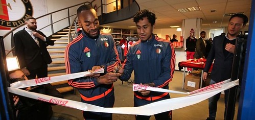 100mm Wit Lint met Rood Bedrukt Opening Feyenoord Outletstore Rotterdam door Renato Tapia en Kenneth Vermeer