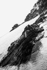 Cadaqués en Blanc i Negre (Lidia Vidal Pallares) Tags: bw costa blancoynegro landscape coast rocks côte catalonia catalunya paysage paissatge roches platja cadaqués blancinegre roques empordà fotografiaenblancoynegro fotografiaenblancinegre
