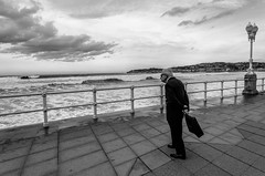 El Viejo y el Mar (versión urbana)   ///   The Old Man and the Sea (urban version) (Walimai.photo) Tags: street old sea bw españa white man black byn blanco branco fence mar calle spain nikon noir candid gijón negro preto viejo blanc hombre valla 18105 océano cantábrico robado d7000
