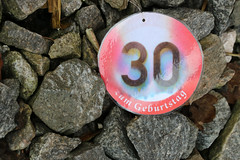 Mai o sont les neignes d'antan? (gripspix (catching up slowly)) Tags: birthday sign schild photowalk weathered 30geburtstag verwittert canonf2860mmmacrolens 20160218