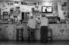 Bares, qué lugares ! (vitometodio) Tags: blackandwhite bw blancoynegro bar gente pueblo streetshots wb bn streetphoto cáceres bares extremadura monocromático photoderue valledeljerte nikond90 piornal fotografíadecalle fotodecalle nikon35mm18 fotodecarrer vitometodio