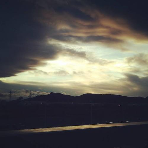 El cielo está tremendo esta tarde. #nubes #atardeceres