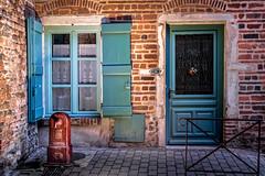 La fontaine rouge devant la maison en briques (Lucille-bs) Tags: france architecture rouge europe bleu porte maison fontaine dentelle rideau 131 ain habitation pav volet rhnealpes murenbriques chatillonsurchalaronne n131