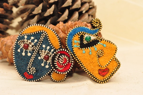 Zipper face brooches