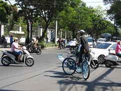 """Ho Chi Minh Ville, sa circulation et ses tuk-tuk <a style=""""margin-left:10px; font-size:0.8em;"""" href=""""http://www.flickr.com/photos/127723101@N04/24577878186/"""" target=""""_blank"""">@flickr</a>"""