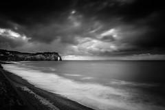 Plus de noir que de blanc (amateur72) Tags: mer rain pluie cliffs fujifilm normandie normandy etretat falaises xt1 xf1024mm
