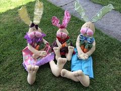 Famlia de Coelhos (Pina & Ju) Tags: bunny cores easter boneco handmade chocolate artesanato plush pscoa feltro patchwork coelho decorao tecido enfeite conejos cenoura