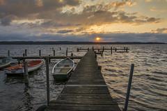 Ein letztes Aufbumen (rahe.johannes) Tags: lake see wasser sonnenuntergang wolken boote schleswigholstein steg pln wolkenstimmung plner