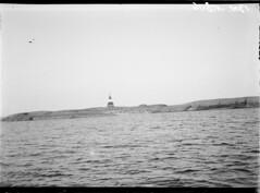 Huovari (Hovörs); tunnusmajakka kalliosaarella (KansallisarkistoKA) Tags: lighthouse beacon majakka merimerkki tunnusmajakka huovari hovörs