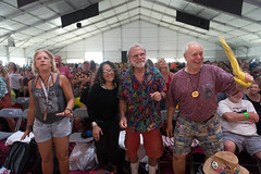 crowd-brother tyrone (Scott Saltzman / Barefoot Photography) Tags: standing la fairgrounds dancing crowd smiles day7 neworleansjazzandheritagefestival newor rainmusic