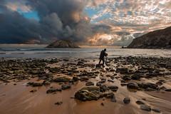 Fotografiando el amanecer (Marce Alvarez.) Tags: landscape mar nikon amanecer cantabria cantabrico covachos costaquebrada nikkor1635 marcealvarez