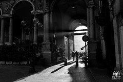 Piazza Mercanti (andrea.prave) Tags: blackandwhite bw italy milan blancoynegro architecture monocromo italia noiretblanc milano bn piazza pretoebranco architettura biancoenero colonna monocrome  mailand colonnato  mercanti zwartenwit   palazzodellaragione      schwarzundweis   milanoinfoto