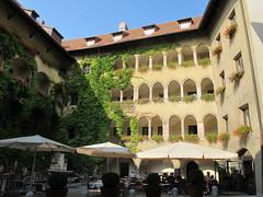 2012 08 25 Austria - Tirolo - Schwaz - Rathaus - Cortile_1940 (Kapo Konga) Tags: austria municipio tirolo schwaz pulpito