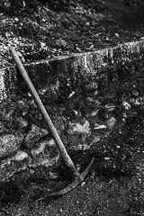 El olvidado (Juuso34) Tags: blackandwhite espaa monochrome field grass freshair trabajo earth stones lifestyle peak orchard andalucia pico campo job malaga tool piedras tierra huerta hierba herramienta estilodevida d3200 cartama