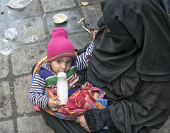 INDIA7721 (a PSYCHIATRIST'S view) Tags: street india children photographer child delhi glenn mother photojournalism din ud beggars nizam losack