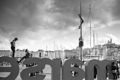 Marseille - Marche sur la ville (Synopsis --- Ynosang) Tags: bw monochrome kids mono blackwhite marseille sony nb cathdrale enfants 40mm alpha a7 vieuxport massilia hexanon synopsis bonnemre ynosang