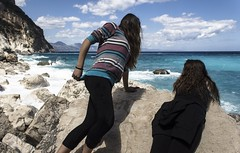 Strane pose.. (Marysol_) Tags: sea beach clouds trekking landscape nuvole mare bluesky viaggi vento panorami