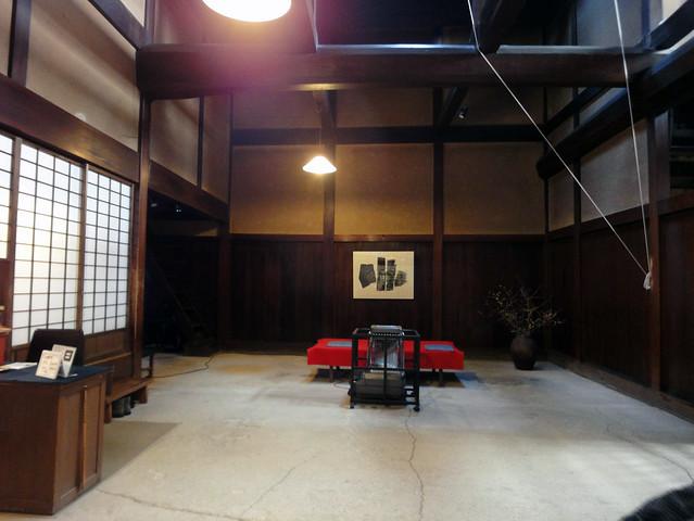 吉島家住宅を入って左を見ると、広い土間に暖まれる休憩場所が。|吉島家住宅