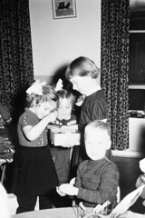 Uitzoeken (Arne Kuilman) Tags: feest blackandwhite sinterklaas children found zwartepiet class lostandfound agfa 1961 vroeger photonotmine agfalisopanff
