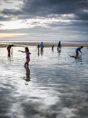 Pescadores al atardecer, Siquijor, Filipinas. (AndreuGomez) Tags: family sunset sea net clouds children fishing visayas filipinas pilipinas phillipines siquijor