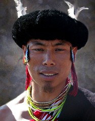 Chakhesang portrait (Linda DV) Tags: street travel sunset portrait people india heritage face canon geotagged video candid performance culture folklore clothes tradition tribe ethnic minority 2008 discovery sevensisters tribo stam naga culturalheritage kohima nagaland ethnology tribu worldtravel stamm travelphotography  trib trib 7sisters heimo travelportrait northeastindia stamme hornbillfestival chakhesang pokolenia powershots5is minorit  minderheid exploretheworld  lindadevolder  plemena pokolen