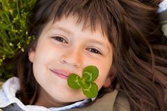 16/52 - Food - El trbol verde (Nathalie Le Bris) Tags: portrait brown verde green smile child vert sonrisa marron enfant nio sourire trfle trvol