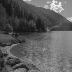 Che si sta bene qui (VALERIA MORRONE  ) Tags: wood sea bw lake reflection lago nikon bank bn valeria acqua riflessi panchina d60 morrone anterselva