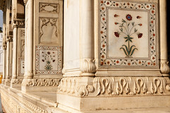 Diwan-i-Khas's flowers inlaids (marko.erman) Tags: world city flowers red india heritage architecture hall site sandstone audience fort piers delhi sony arches palace unesco worldheritagesite marble btiment emperor colonnade shah colonne redfort arche jahan inlaid mughal diwanikhas