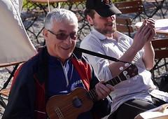 Dieter und seine Ukulele beim Velomobil- und Liegeradtreffen in Gernlinden 2013 (albularider) Tags: ukulele dieter liegeradtreffen gernlinden velomobiltreffen