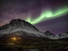 Una cabaña con vistas (joaquinain) Tags: mountain stars lights long exposure voigtlander olympus aurora estrellas montaña fiords omd borealis nothern larga tromso em1 exposición fiordos grotfjord