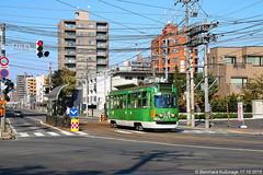 Asien, Japan, Hokkaido, Präfektur Hokkaido, Sapporo, Minami 22-jo Ecke Nishi 15-chome, Haltestelle Densha jigyosho mae (Bernhard Kußmagk) Tags: asien japan hokkaido sapporo minami22jo nishi15chome denshajigyoshomae asie asia japon nippon nihon 1067mm kapspur schmalspur narrowgauge bonde eléctrico raitioliikenne sporvei sporvogn spårväg streetcar tram tramm tramvaiul trolley tramvay tramwaj villamos tramway tramwaje tranvia trikk трамвай τραμ tranbia ट्राम 市内電車 tranvía spårvagn tramvajus tramvajs tramvia tranvai raitiovaunu strasenbahn 有轨电车 bernhardkusmagk bernhardkussmagk 札幌市 präfekturhokkaido 札幌市電 sapporoshiden kusmagk