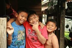 happy boys (the foreign photographer - ฝรั่งถ่) Tags: boys portraits canon thailand happy friend kiss brothers bangkok khlong bangkhen thanon 400d