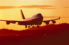 747-400 (Luiz Antonio Bassani) Tags: sunset inflight landing 747 747400
