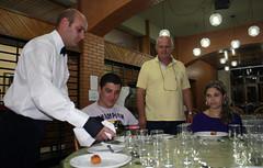 BF_Trabalho_20093003_AN_02 (brasildagente) Tags: alunos homens pratos garons cursosdecapacitao cursosdegaron